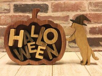 ネコが支えるカボチャとハロウィンの文字☆Halloweenの画像