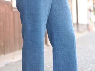 インディゴ染めの8分丈パンツの画像
