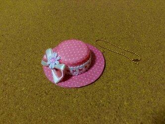 水玉ピンクの可愛い帽子のストラップの画像