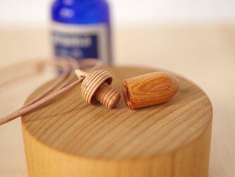木彫どんぐりのアロマディフューザー(ペンダント) | ARA-2 | ケヤキ×メイプルの画像