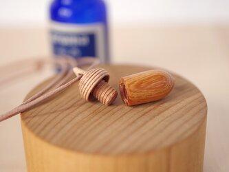 木彫どんぐりアロマディフューザーのペンダント : ケヤキ×メイプルの画像