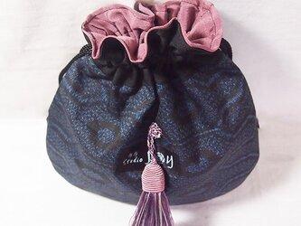 【1点限り】大島つむぎ紺 亀甲巾着(房 紫ピンク)の画像