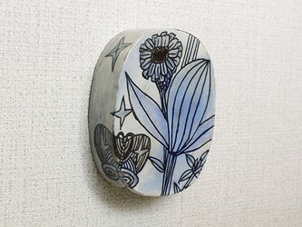 青い花と蝶の壁飾りの画像