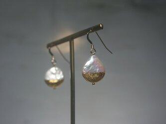 金箔とパールのピアス/Half moonの画像