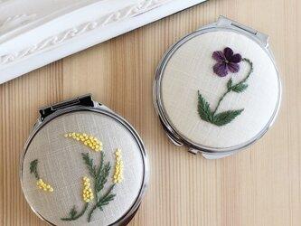 ミモザ・スミレの手刺繍コンパクトミラーの画像