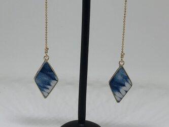 藍・絞り染めダイヤ型イヤリングの画像