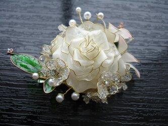 白い薔薇のブローチの画像