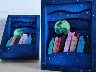 小さな満月が暗闇で光ます~小月屋の画像