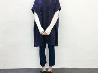 en-en・コットンリネン縦白織り糸ストンと長めのプルオーバー紺・新作の画像