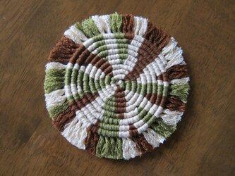 漂白剤が使えるマクラメ編み ぐるぐるコースター(M) モスグリーン×ベージュ×茶色の画像
