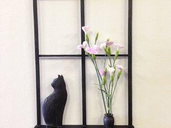 窓辺の猫と一輪挿しの画像