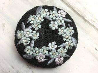 黒リネン 忘れな草のリース 刺繍ブローチ クールトーン 丸50ミリの画像