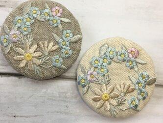 マーガレットと忘れな草のリース 刺繍ブローチ  ペールトーン 丸50ミリの画像