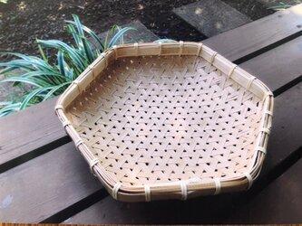 鉄線編みざるかご(六角形・底台付き)の画像