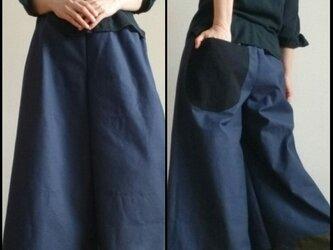 ワイドパンツ左右非対称大きな丸底ポケット付き粋な色味ウエストゴムの画像