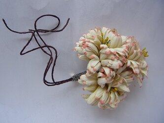 アンティーク風 小菊のコサージュ(生成×サーモン)の画像