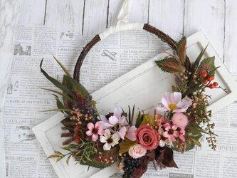 コスモスの花かごリースの画像
