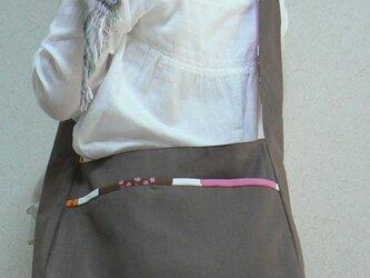 斜め掛けの布かばんの画像