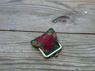 グリーンの地色に鮮やかな花柄の小銭入れの画像
