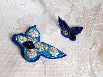 ちょうちょの刺繍ブローチ 紺色とターコイズブルーの画像