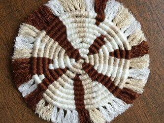 漂白剤が使えるマクラメ編み ぐるぐるコースター(M) 白×ベージュ×茶色の画像