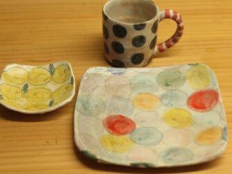 H様オーダー分 粉引きカラフルドットのトースト皿と黒ドットのカップとレモンの角小皿。の画像