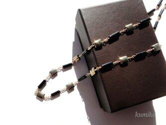 ブラックオニキスとパイライトのネックレスです(約70cm)の画像