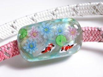 睡蓮と錦鯉のとんぼ玉帯留め(ガラス玉)の画像