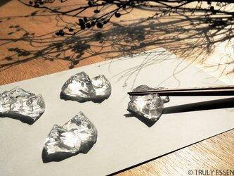 4個セット ● 無色透明ガラスの箸置き -「 KAKERAのヒカリ 」の画像