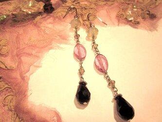 ブラック雫×ピンク水晶ピアスの画像