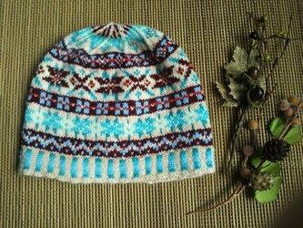 手紡ぎ毛糸のお子様用模様編みニット帽【ベージュと青とエンジ】の画像