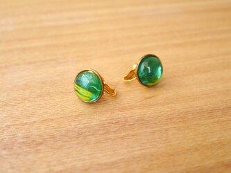 グリーン系のガラスのイヤリングの画像