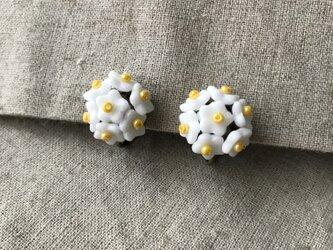 白いお花のイヤリングの画像