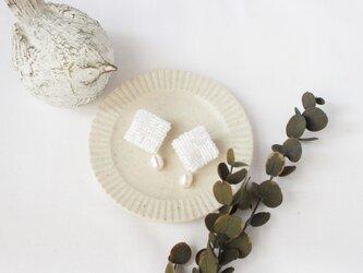 〈送料無料〉パールとビーズのひし形イヤリング ホワイトの画像