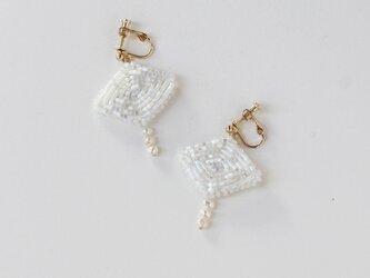 〈送料無料〉ひし形ビーズと小粒パールの耳飾り ホワイトの画像