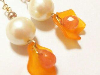 花びらとパールのイヤリング・ノンホールピアス チェリークォーツオレンジの画像