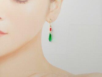 G50 グリーンと赤サンゴ クリスマスカラーのピアス(パーツ変更可能)の画像