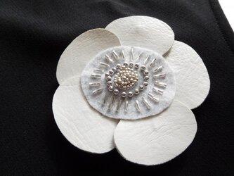 ホワイトレザーの花ブローチ (直径約95ミリ)の画像