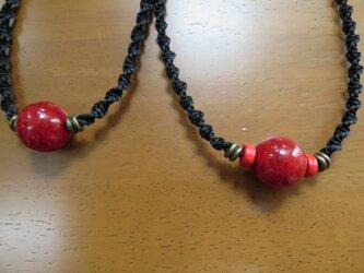 赤いネックレスの画像