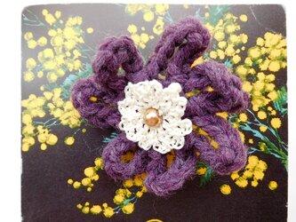 紫をはじめ濃い色や、黄色のお洋服にも馴染むブローチの画像