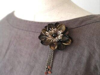染め花:ヘアクリップ付きブローチ(こげ茶)の画像