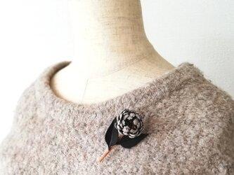 革花・小菊のブローチ(グレー×ブラック)の画像