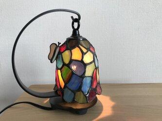 ちょうちょがとまった釣鐘ランプの画像
