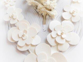 カジュアルにもフェミニンにも決まる 白い花のネックレスの画像