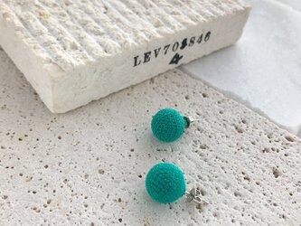 コットンレース糸の編み玉イヤリング/ピアス ライトブルーの画像
