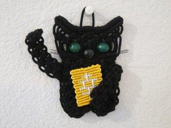 """小さな招き猫の壁掛け~山の彼方で幸をみつけた""""クロ""""~マクラメ編みの画像"""