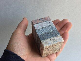 四角い石のペーパーウエイトの画像