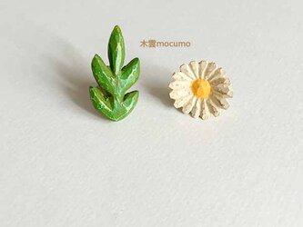クスノキの お花ピアス(チタンポスト)*マーガレットと葉っぱ*の画像