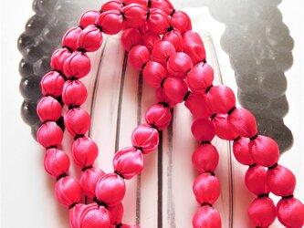 ピンクの布玉ネックレス(黒糸)の画像