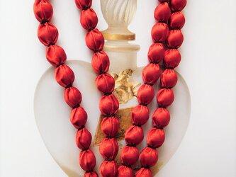 光沢のある赤 布玉ネックレス(黒糸)の画像